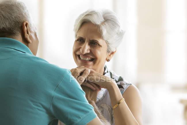 Senior couple main dans la main — Photo de stock