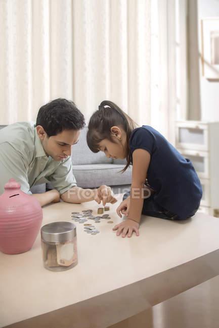 Vater und Tochter zählen — Stockfoto