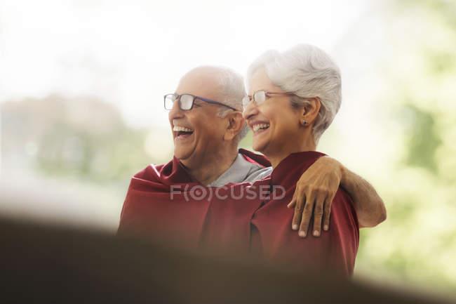 Couple enveloppé dans une couverture — Photo de stock