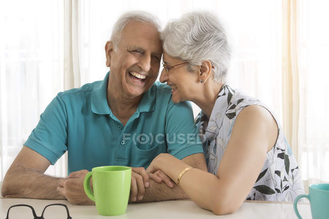 Пара, смеяться в то время как пить кофе — стоковое фото