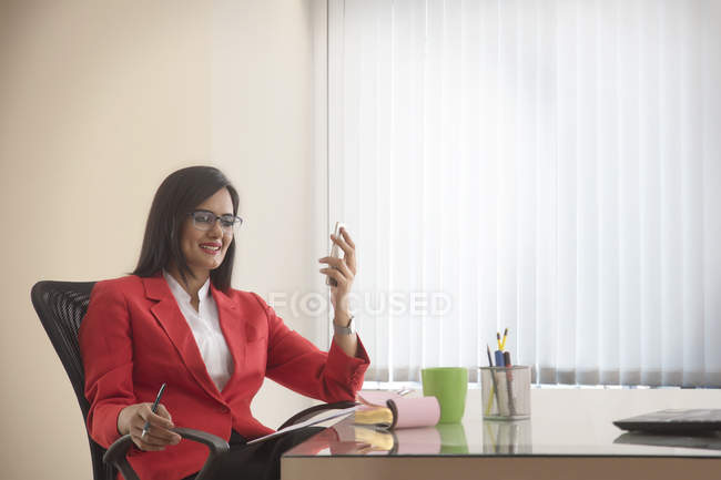 Sorrindo empresária exploração celular — Fotografia de Stock