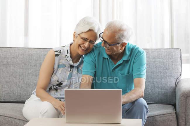 Пара, использующая ноутбук — стоковое фото