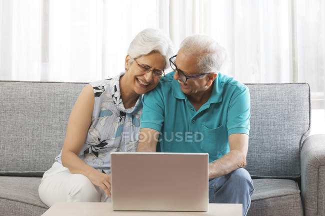 Casal usando laptop — Fotografia de Stock