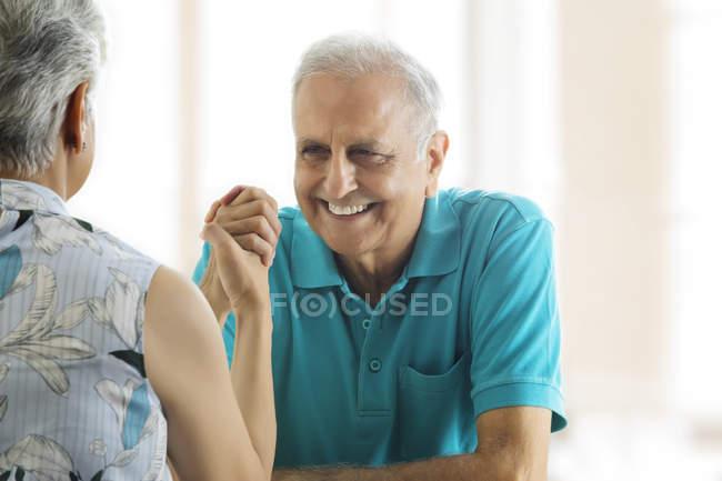 Couple de personnes âgées arm wrestling — Photo de stock