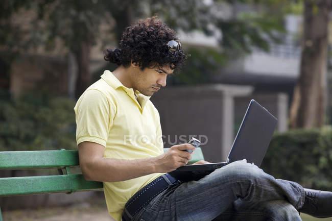 Homme avec ordinateur portable — Photo de stock