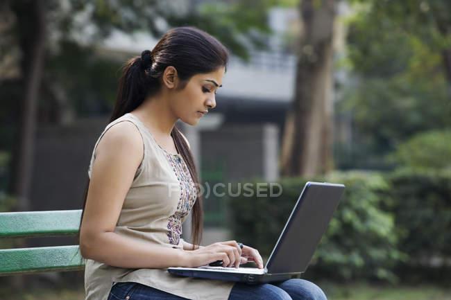 Femme avec ordinateur portable — Photo de stock