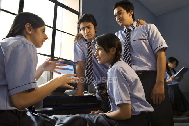 Students talking in a computer lab — Stock Photo