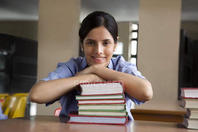 Menina em uma biblioteca escolar — Fotografia de Stock