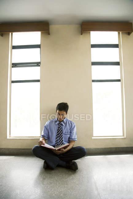 Boy reading in a classroom — Stock Photo