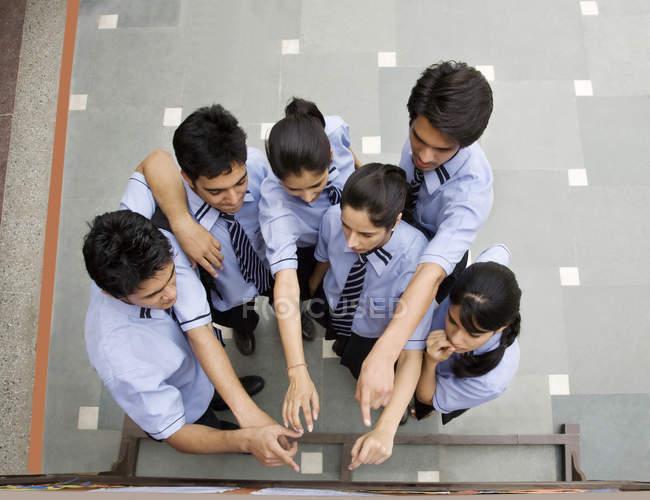 Étudiants pointant sur un panneau d'affichage — Photo de stock