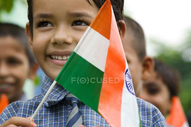 Schule Junge mit der indischen Flagge — Stockfoto
