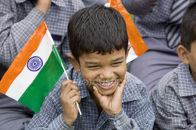 Écolier avec le drapeau indien — Photo de stock