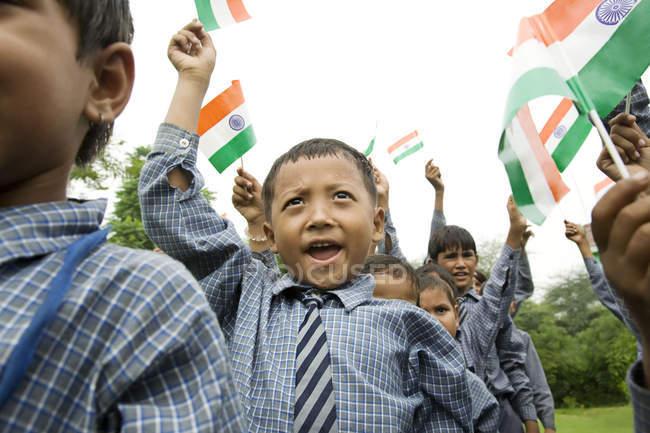Chicos de la escuela con la bandera India - foto de stock