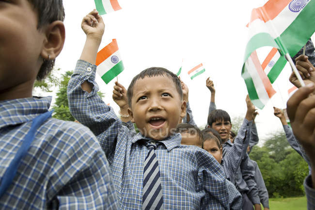 Школьник с индийского флага — стоковое фото