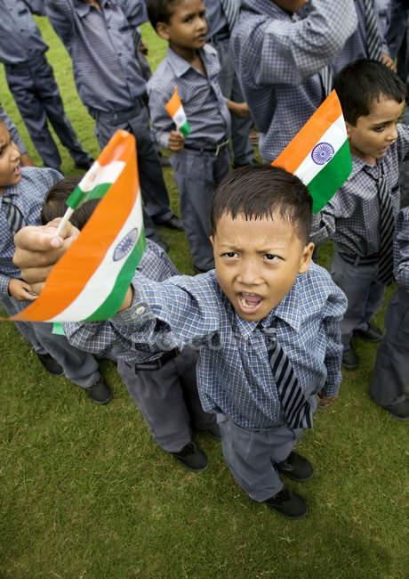 Meninos da escola com a bandeira da Índia — Fotografia de Stock