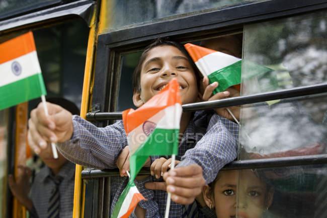 Schule Jungs mit der indischen Flagge — Stockfoto