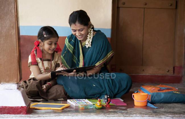 Маленькая девочка, занимаясь с матерью — стоковое фото