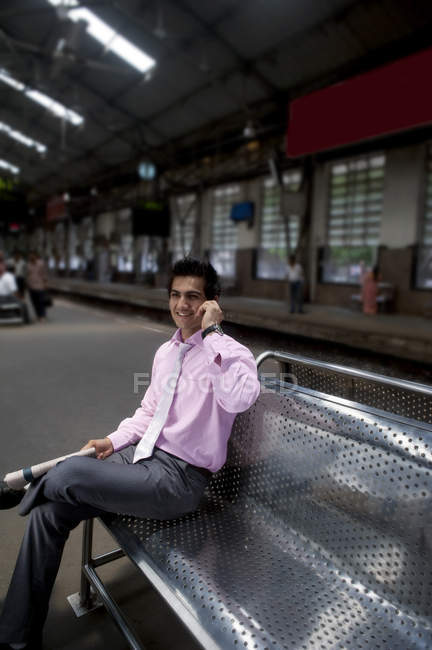Kaufmann bei einem Bahnhof — Stockfoto
