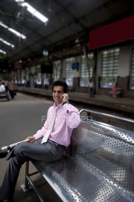 Empresario en una estación de tren - foto de stock