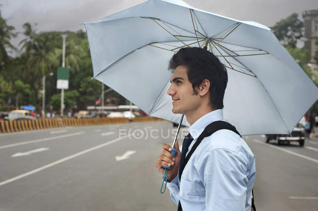 Бізнесмен з парасолькою — стокове фото