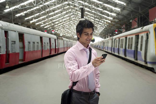 Homme d'affaires à une gare — Photo de stock