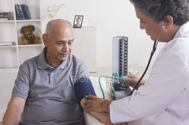 Man getting his blood pressure checked — Stock Photo
