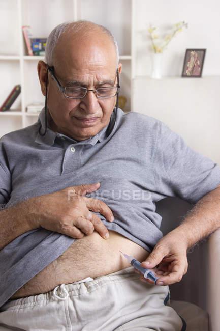 Homem, dando-se a injeção de insulina — Fotografia de Stock