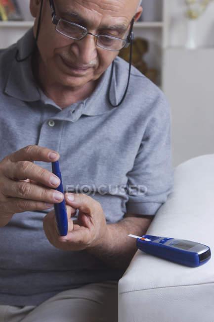Людина тестування крові цукру — стокове фото