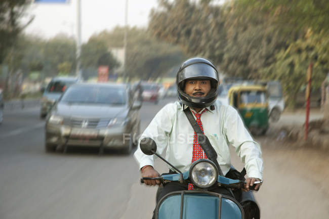Verkäufer-Reiten-Roller im Verkehr — Stockfoto