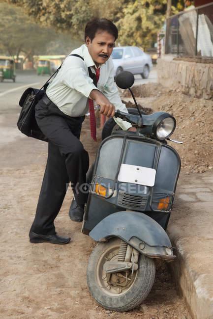 Продавець запуск скутер — стокове фото