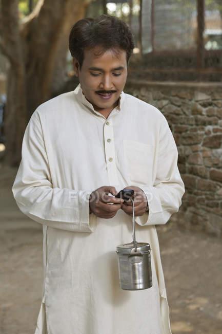 Человек, использующий сотовый телефон — стоковое фото
