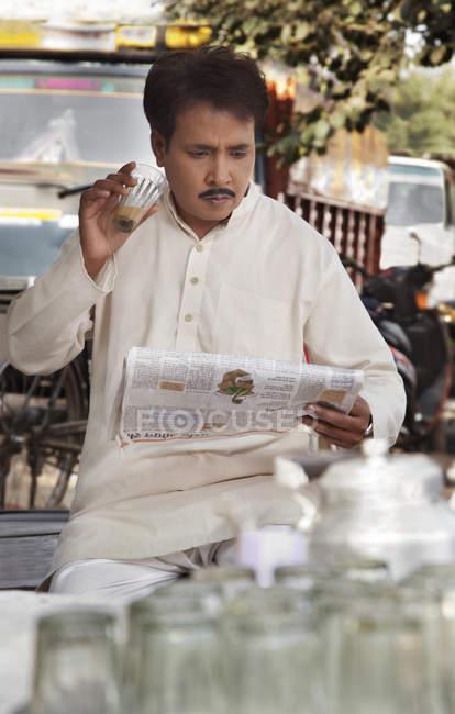 Человек, пьющий чай — стоковое фото