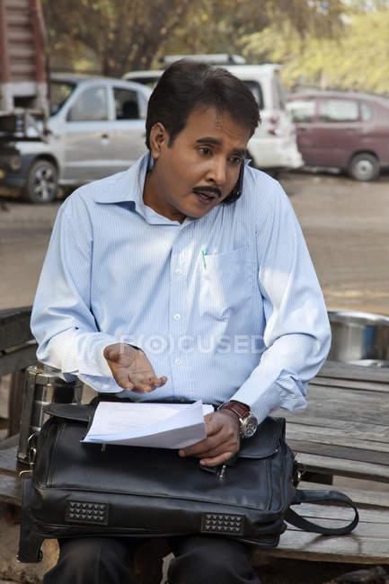 Індійська продавець говорити — стокове фото