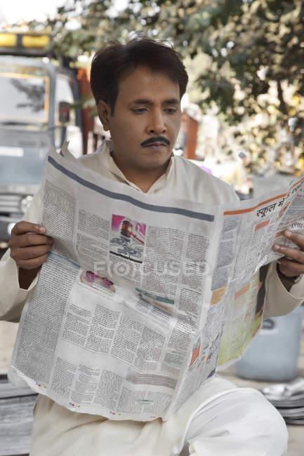 Людина, читаючи газету — стокове фото