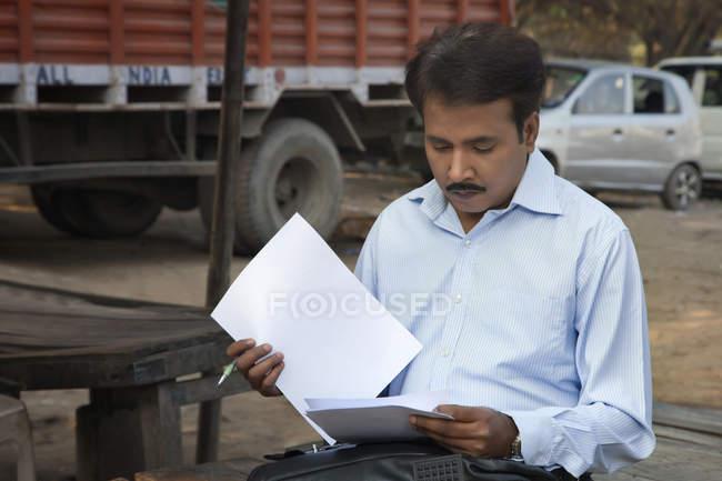 Продавець, розглядаючи його оформлення документів — стокове фото