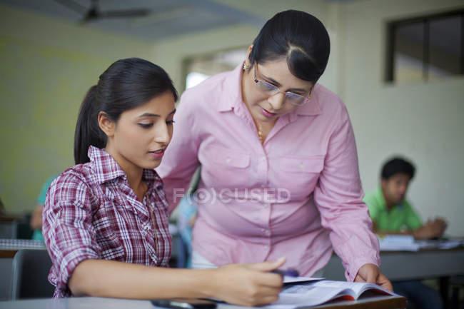 Enseignant aide aux élèves — Photo de stock