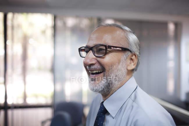 Executivo sênior sorrindo — Fotografia de Stock