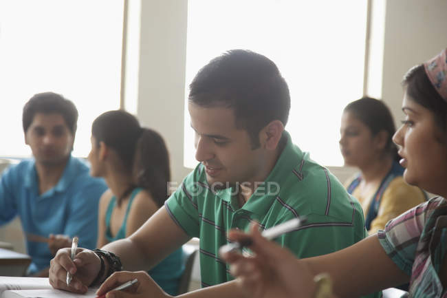 Étudiants qui étudient en salle de classe — Photo de stock