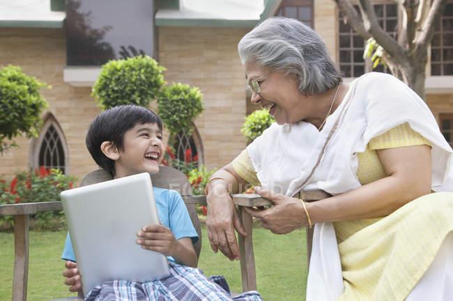 Junge mit digital-Tablette zu lachen — Stockfoto