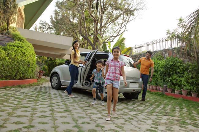 Famille de sortir une voiture — Photo de stock
