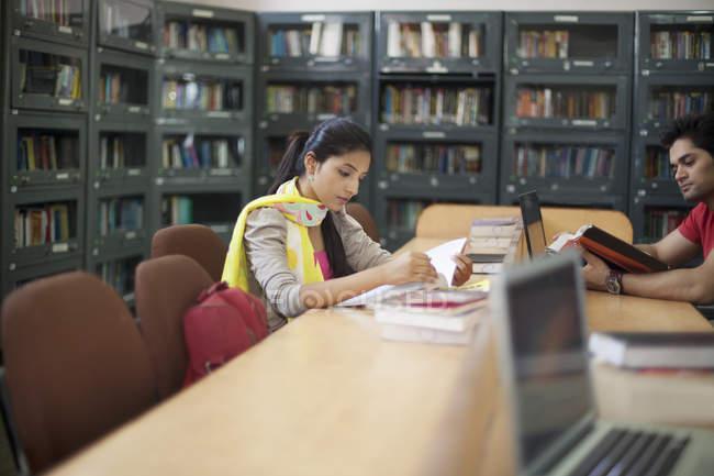 Leitura de estudantes universitários — Fotografia de Stock