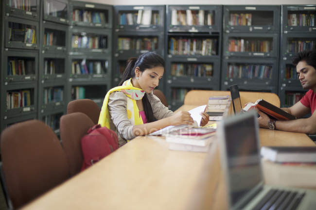 College students reading — Stock Photo