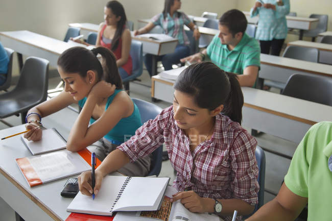 Studenten im Klassenzimmer — Stockfoto