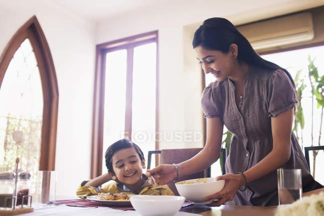 Mère de mettre des aliments — Photo de stock