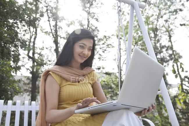 Donna che lavora su un computer portatile — Foto stock