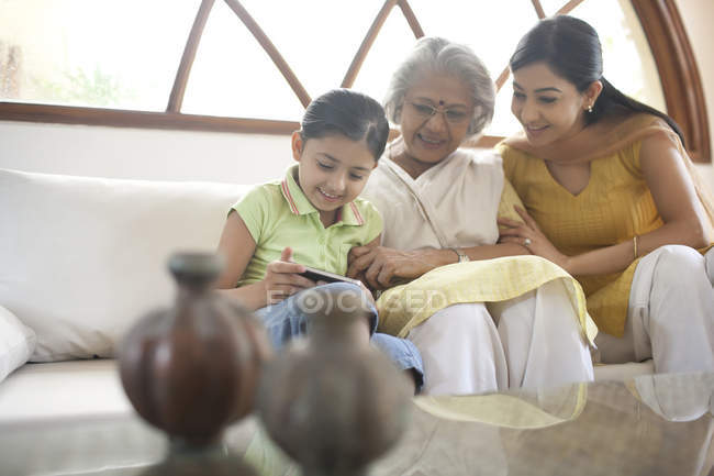 Família de reprodução olhando a foto — Fotografia de Stock