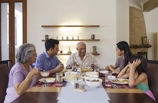 Famiglia che mangia pranzo insieme — Foto stock