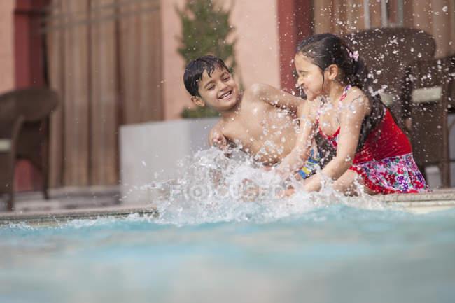 Діти веселяться у плавальному басейні — стокове фото