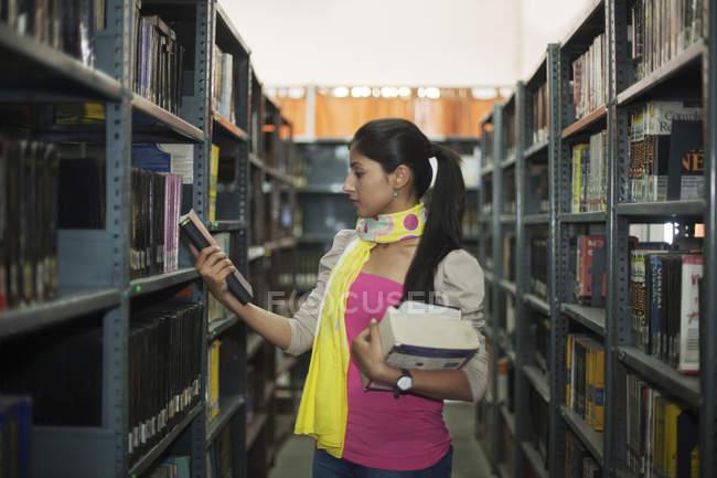 Étudiant en regardant livre — Photo de stock