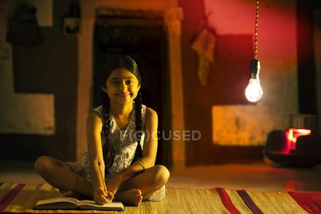 Дівчина вивчення вночі — стокове фото